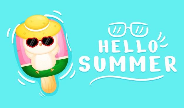 여름 인사말 배너와 아이스크림 부표에 누워 귀여운 아기 올빼미