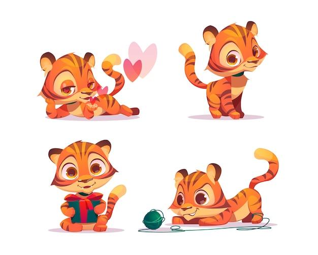 Carattere di tigre bambino carino in diverse pose. set di chat bot cartoon, gattino divertente flirta, con in mano confezione regalo e gioca con bugna. set emoji creativo, mascotte animale