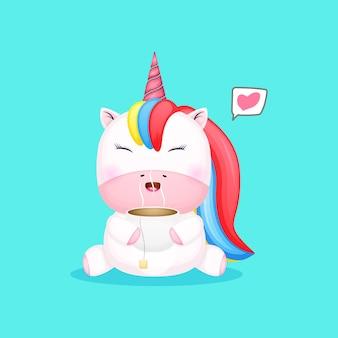 차 컵 만화를 들고 귀여운 아기 유니콘