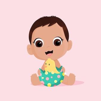 驚きのイースターエッグとひよこを持つかわいい赤ちゃん