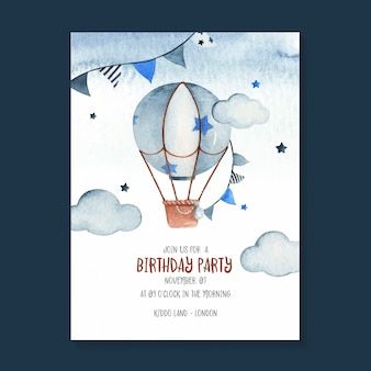 熱気球、花輪、星、雲を備えたかわいい誕生日の招待状。子供の誕生日に最適な愛らしい水彩空シーンイラスト