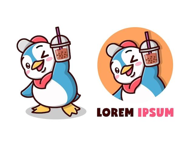 Симпатичный синий пингвин приносит логотип с мультяшным напитком boba