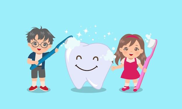 スマイリーフェイスで巨大な歯を磨くかわいい男の子と女の子