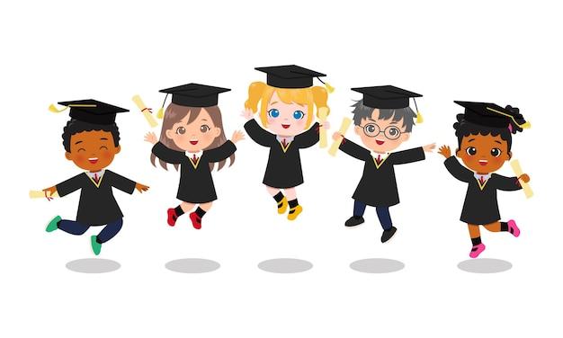 귀여운 소년과 함께 점프하는 졸업 가운에 소녀.