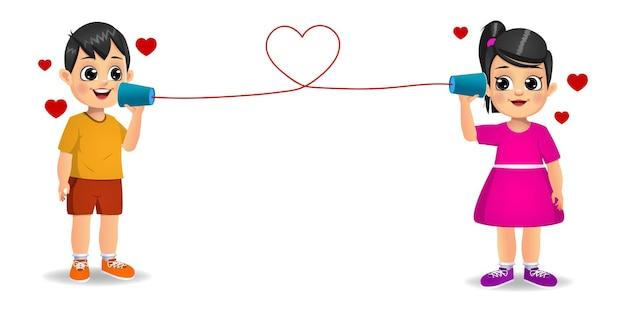 Милый мальчик и девочка в любви разговаривают с игрушечным телефоном