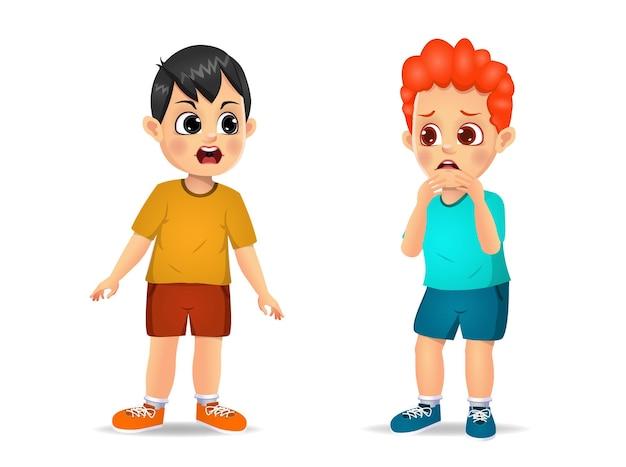 かわいい男の子の子供は怒って小さな男の子に叫びます。孤立した