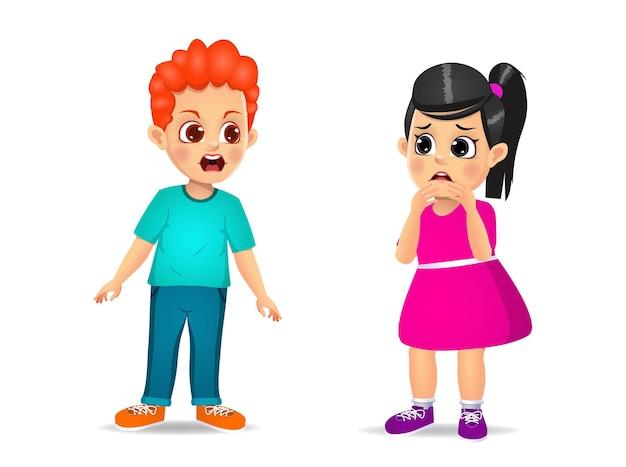 かわいい男の子が怒って、小さな女の子に叫ぶ。孤立した