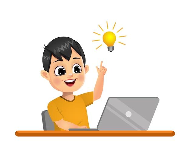 かわいい男の子はラップトップを使用しているときにアイデアを得ました