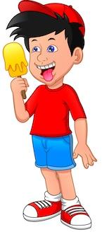Милый мальчик лижет мороженое