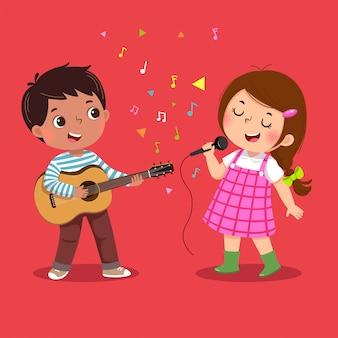 Милый мальчик играет на гитаре и маленькая девочка поет