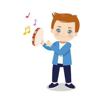 Милый мальчик играет на бубне