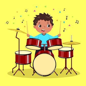 Милый мальчик играет на барабане