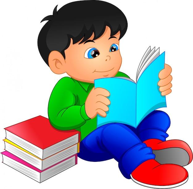 Милый мальчик читает книги