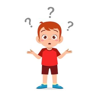 Милый мальчик показывает смущенное выражение с вопросительным знаком