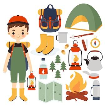 Милый мальчик-путешественник с разными походными вещами. милый маленький путешественник набор.