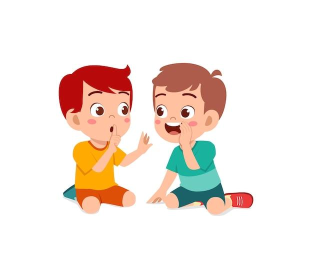 かわいい男の子が友達にささやき、秘密を守るように頼む