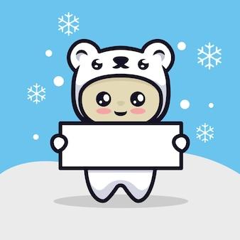 招待状を保持しているクリスマスの氷のクマとかわいい男の子