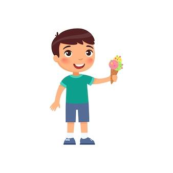 アイスクリームとかわいい男の子。甘い夏のデザートの漫画のキャラクターと幸せな子。ワッフルコーンでさわやかなジェラートを保持している小さな子供