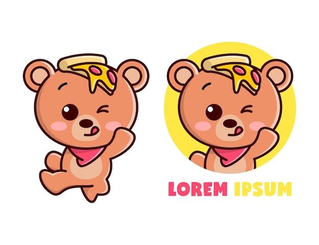 만화 마스코트를 뛰어 넘는 동안 그의 머리에 피자 조각이있는 귀여운 갈색 곰