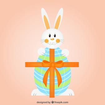 Bunny carino e uovo di pasqua con nastro