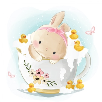 ティーカップ浴槽のかわいいウサギ