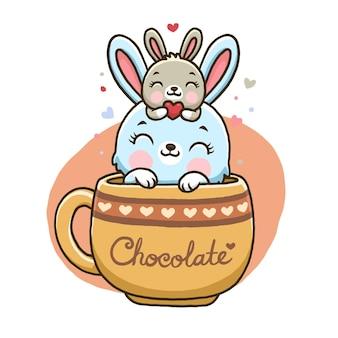 白い背景で隔離チョコレートカップのかわいいウサギ。