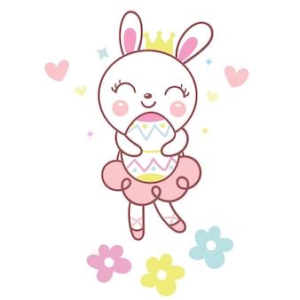 Милый кролик кролик держит пасхальное яйцо