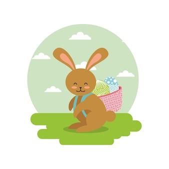 Симпатичный кролик с корзиной на спине с яйцами в ландшафтном поле