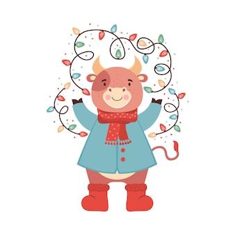 きらめくクリスマスの花輪を持つかわいい漫画の赤ちゃんの雄牛。服、スカーフ、ブーツ、冬のジャケットの面白い牛。シンボル2021新年。クリスマス、正月のホリデーカードまたはバナー。図