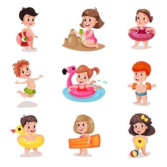 かわいい漫画の男の子と女の子の夏の休暇でビーチセット、子供たちで遊んで