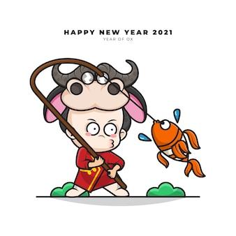 Милый мультипликационный персонаж китайского малыша в костюме быка рыбачил и поздравлял с новым годом