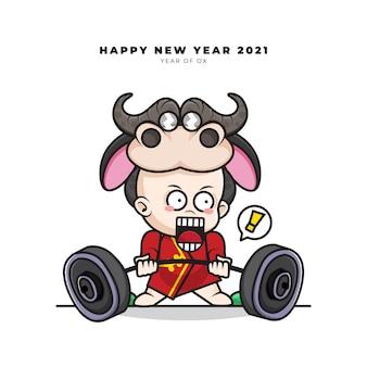 Милый мультипликационный персонаж китайского малыша в костюме быка поднимает штангу и поздравляет с новым годом