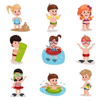 かわいい漫画の子供たちが夏の休暇でビーチセット、男の子と女の子で遊んで