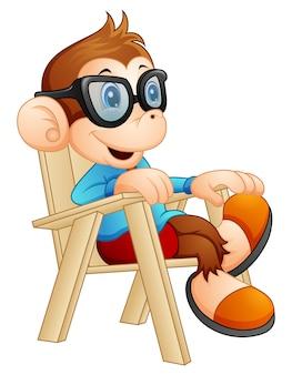 의자에 편안한 귀여운 만화 원숭이