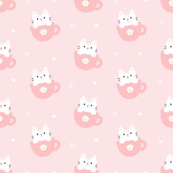 一杯のコーヒーのシームレスなパターンでかわいい猫