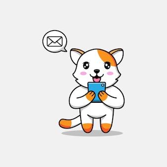 Милый кот получает сообщение на смартфон