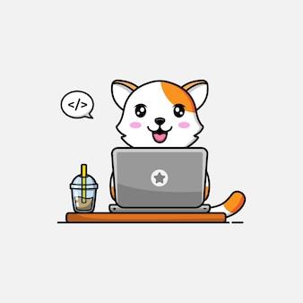 Милый кот, работающий перед компьютером