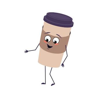 귀여운 캐릭터는 기쁨의 감정, 웃는 얼굴, 행복한 눈, 팔, 다리가 있는 커피 한 잔. 술을 위한 장난꾸러기 종이컵. 벡터 평면 그림