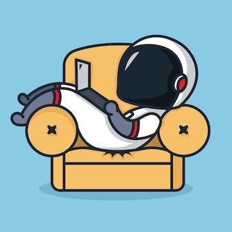 귀여운 꼬마 우주 비행사는 소파에서 노트북을 재생합니다