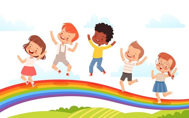 귀여운 아이들은 스프링 필드의 배경에 무지개에 뛰어 오르고 있습니다. 행복한 어린 시절, 우정과 기쁨의 개념. 밝은 아이 포스터. 스톡 .