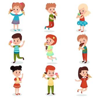 漫画イラストのアイスクリームセットに満足しているかわいい子供たち