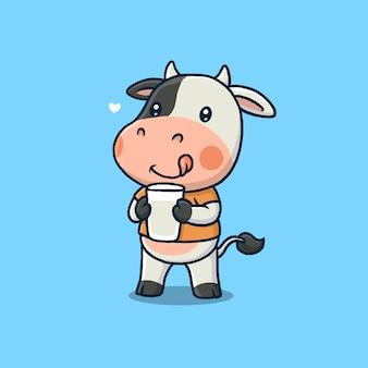 青で隔離の牛乳のガラスを保持しているかわいい牛