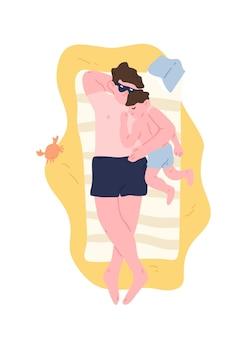 귀여운 아빠와 아들은 모래 해변에 누워 휴식을 취하고 껴안고 있습니다. 여름 휴양지에서 일광욕을 하는 사랑스러운 아버지와 자식. 행복한 부모 또는 아버지, 가족 레크리에이션. 플랫 만화 벡터 일러스트 레이 션.