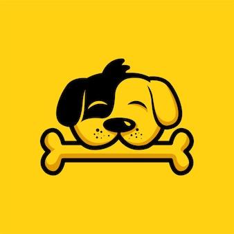 Симпатичная собака кусает кость