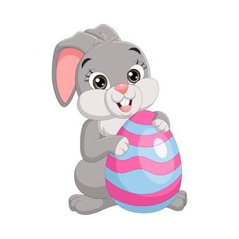 Милый пасхальный кролик с украшенными яйцами