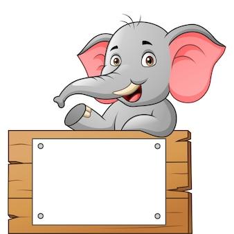 Милый мультфильм слона с иллюстрацией белого чистого листа бумаги