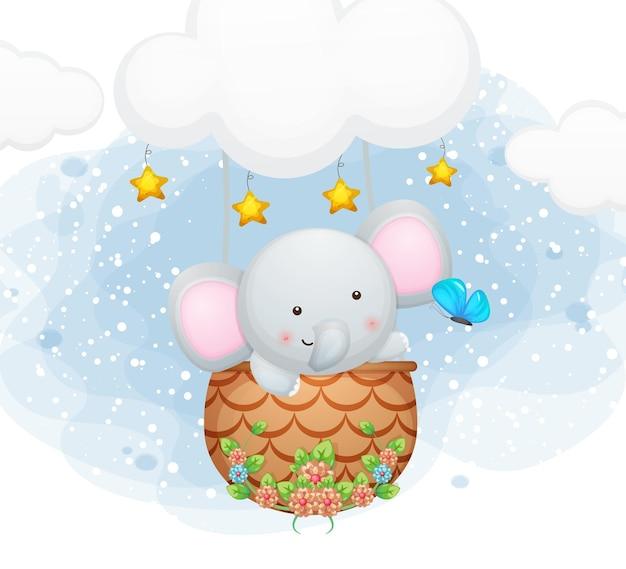 Милый слон летит с бабочкой в небе