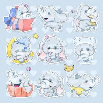 かわいい象のかわいい漫画の文字セット。愛らしい面白い動物のさまざまなポーズや感情の孤立したステッカー、パッチ。青い背景の上のアニメの男の子の象の絵文字