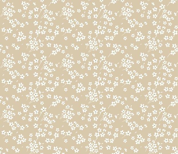 Милый цветочный узор в маленьких белых цветочках. бесшовные текстуры. бежевый фон.