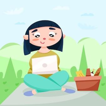 Симпатичная девушка-фрилансер в парке с корзиной еды